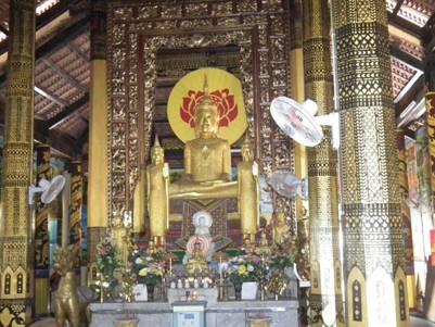 Trang thờ trong chánh điện