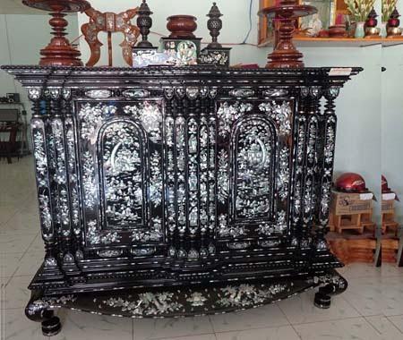 Chiếc tủ thờ được đóng bằng gỗ qúy