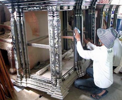 Công đoạn lắp ráp tủ thờ