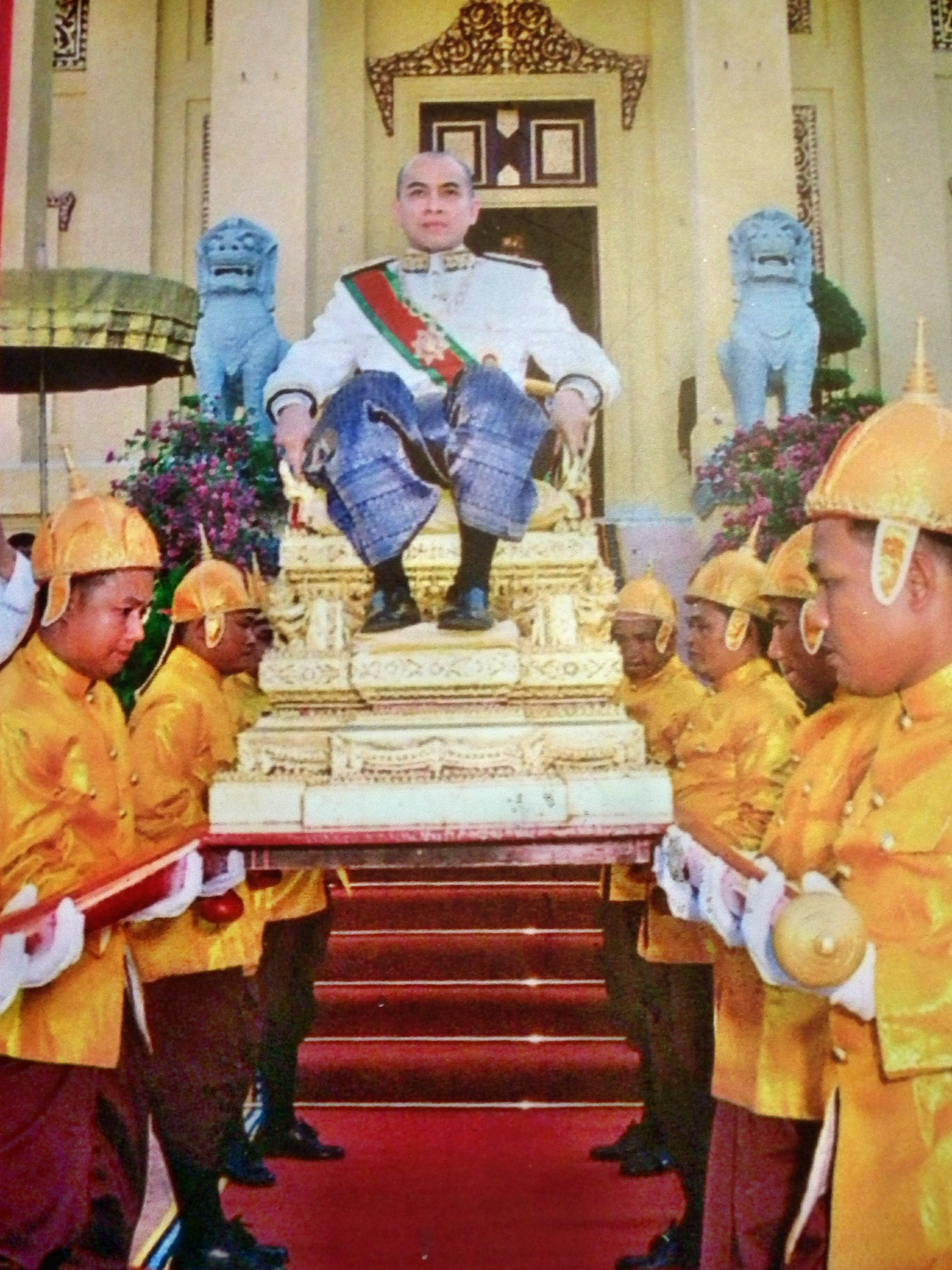 Vua Shihamoni trên kiệu vàng