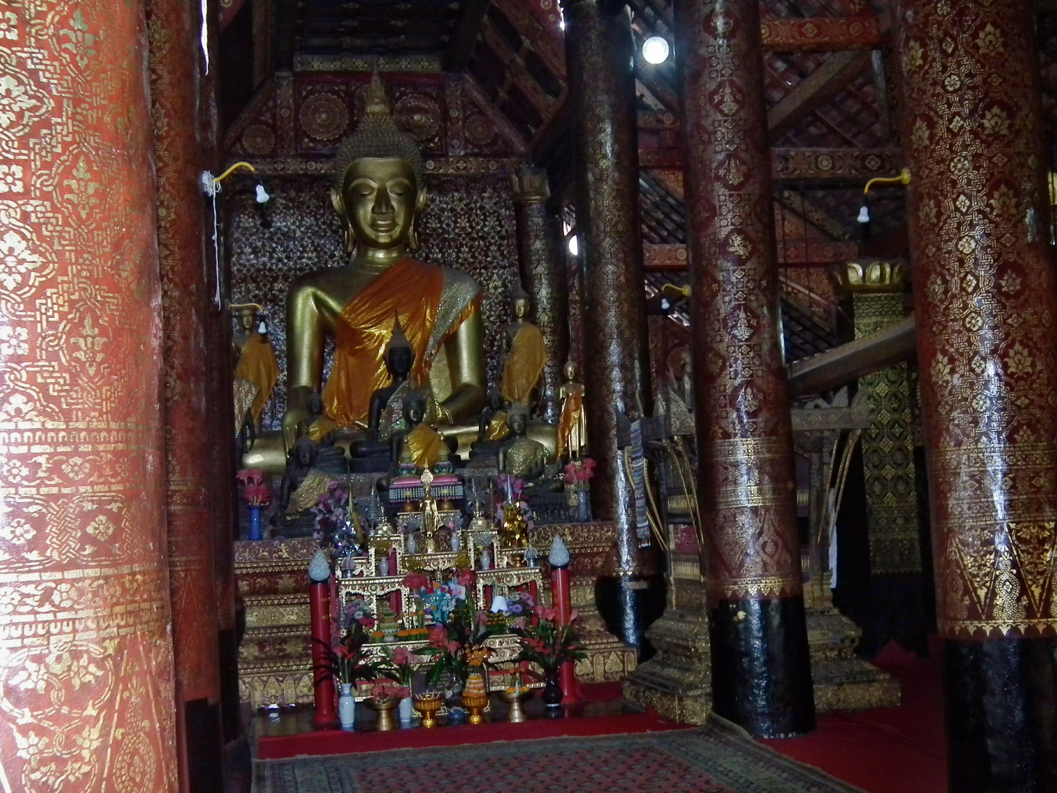 Bên trong chánh điện Vat Chieng Thong