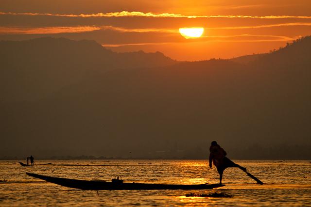 Hoàng hôn trên hồ Inle