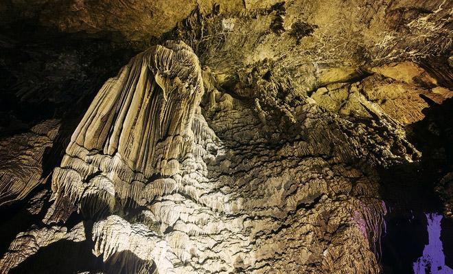 Nhũ đá trong hang Lùng Khúy