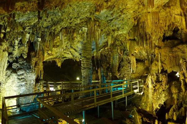Cầu bộ hành trong hang Lùng Khúy