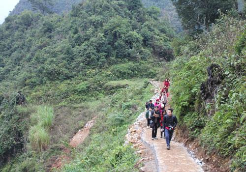 Đường đến hang Lùng Khúy