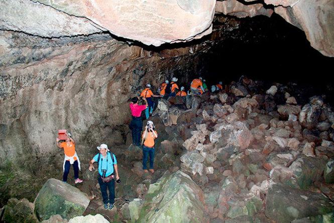 Đoàn du khách trong hang C3