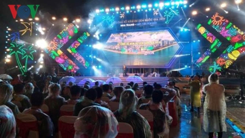 Người dân đội mưa xem đại nhạc hội