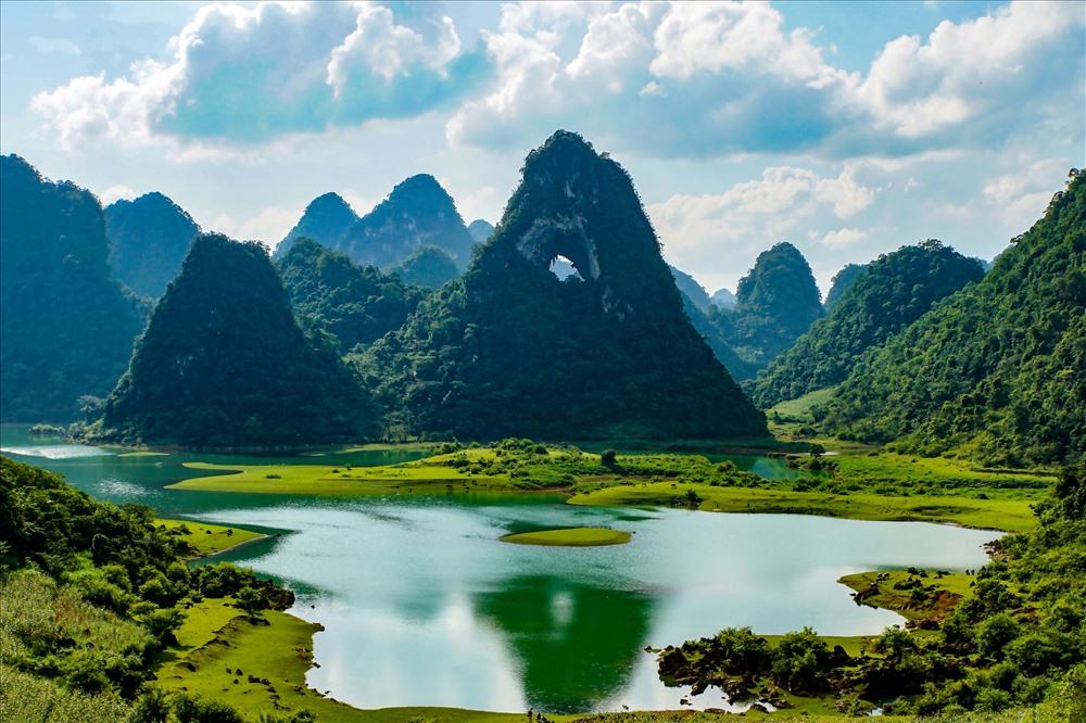 Kỳ quan núi Thủng Phja Piót (Mắt Thần)