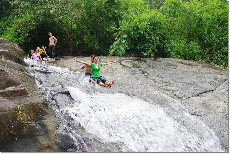 Nối đuôi thả trượt theo dòng thác
