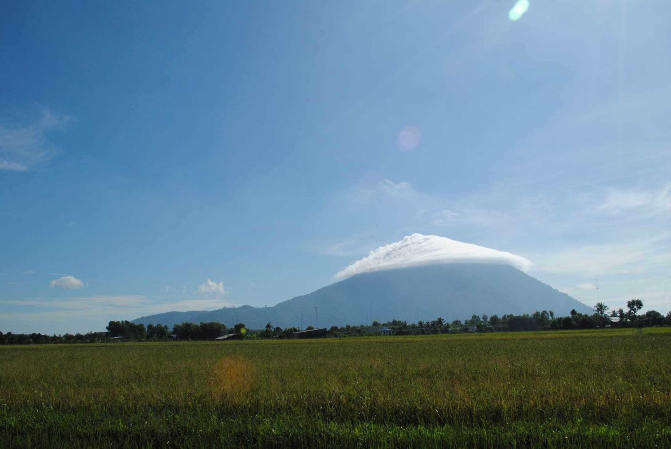 Nón mây trên đỉnh núi Bà Đen